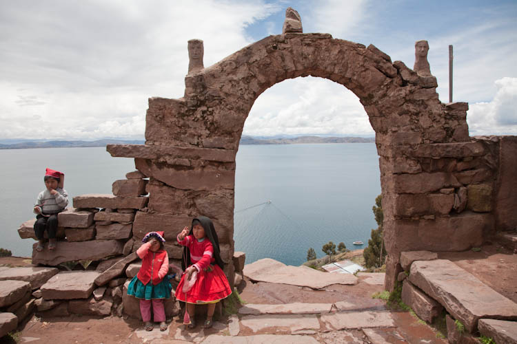 Children at the Arch on Taquille